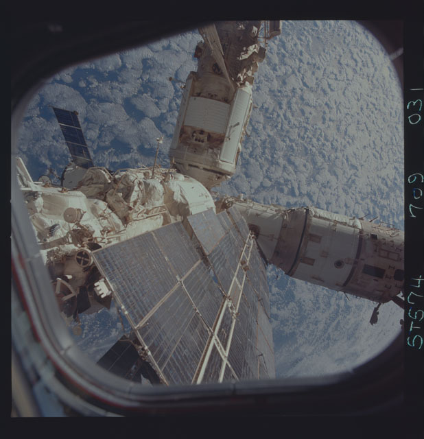 STS074-709-031 - STS-074 - Mir space station seen through aft flight deck windows
