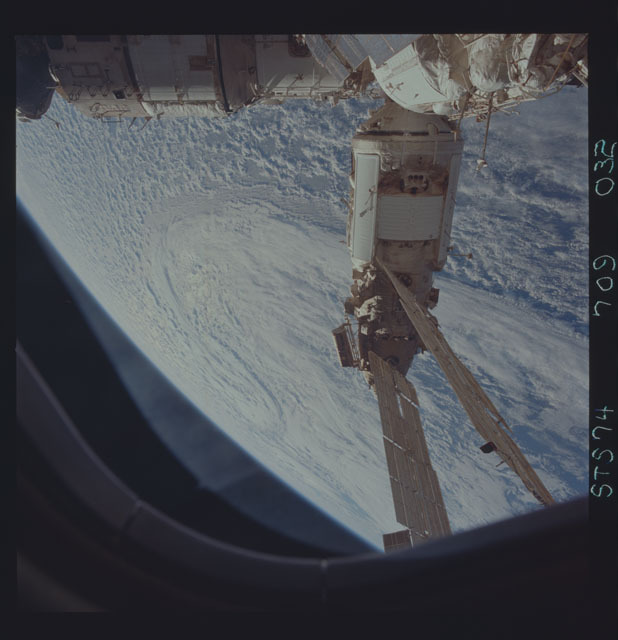STS074-709-032 - STS-074 - Mir space station seen through aft flight deck windows