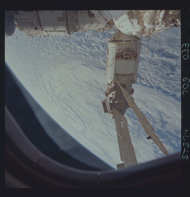 STS074-709-033 - STS-074 - Mir space station seen through aft flight deck windows