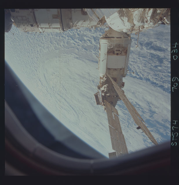 STS074-709-034 - STS-074 - Mir space station seen through aft flight deck windows