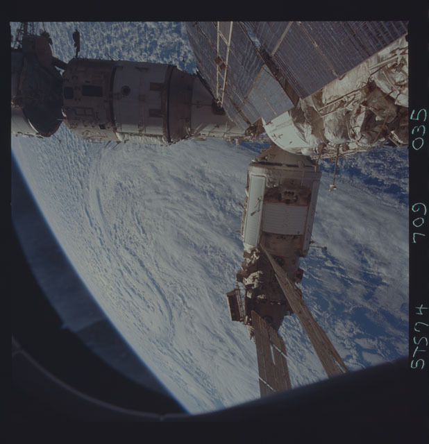 STS074-709-035 - STS-074 - Mir space station seen through aft flight deck windows