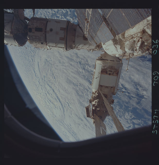 STS074-709-036 - STS-074 - Mir space station seen through aft flight deck windows