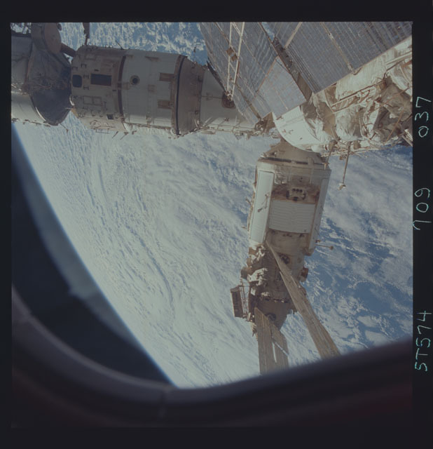STS074-709-037 - STS-074 - Mir space station seen through aft flight deck windows