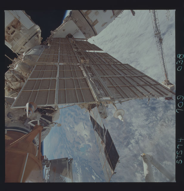 STS074-709-038 - STS-074 - Mir space station seen through aft flight deck windows