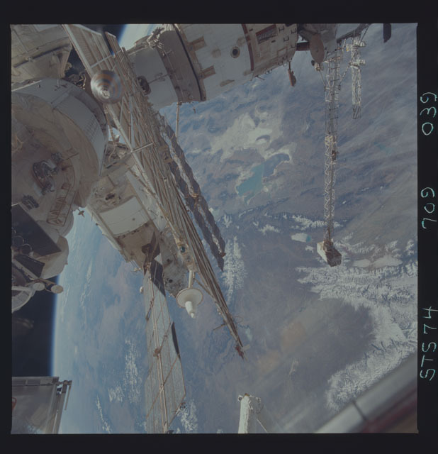 STS074-709-039 - STS-074 - Mir space station seen through aft flight deck windows