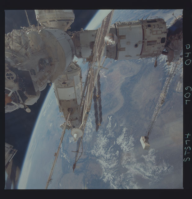 STS074-709-040 - STS-074 - Mir space station seen through aft flight deck windows