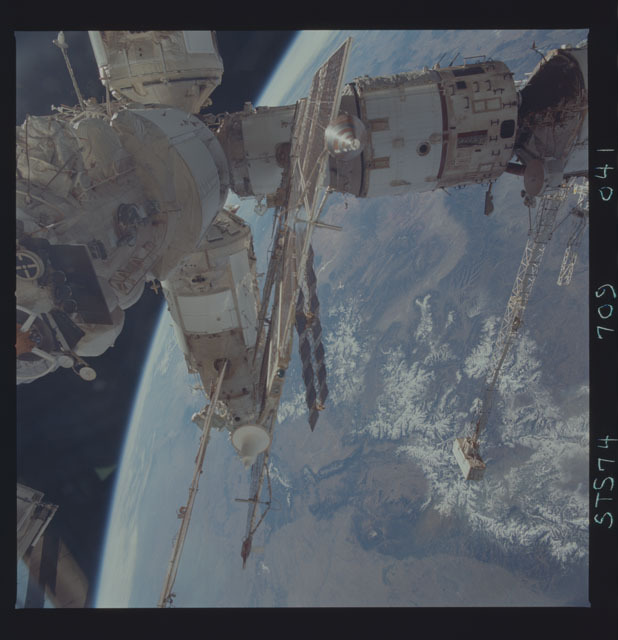 STS074-709-041 - STS-074 - Mir space station seen through aft flight deck windows