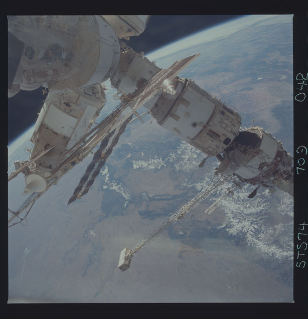 STS074-709-042 - STS-074 - Mir space station seen through aft flight deck windows