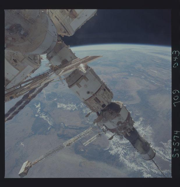 STS074-709-043 - STS-074 - Mir space station seen through aft flight deck windows