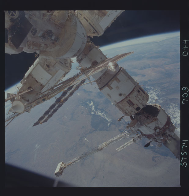 STS074-709-044 - STS-074 - Mir space station seen through aft flight deck windows