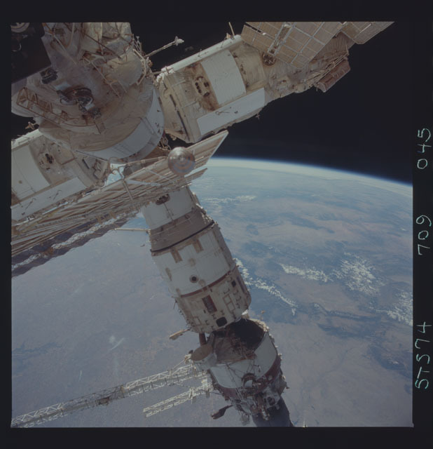 STS074-709-045 - STS-074 - Mir space station seen through aft flight deck windows
