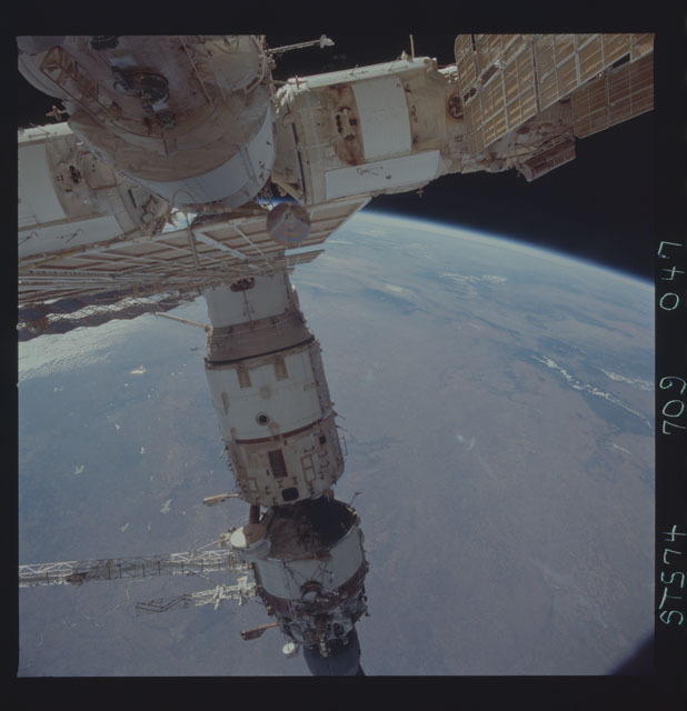 STS074-709-047 - STS-074 - Mir space station seen through aft flight deck windows