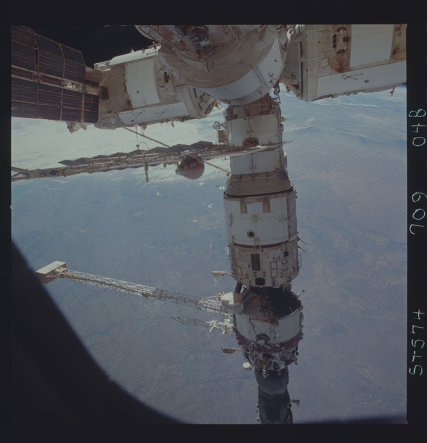 STS074-709-048 - STS-074 - Mir space station seen through aft flight deck windows