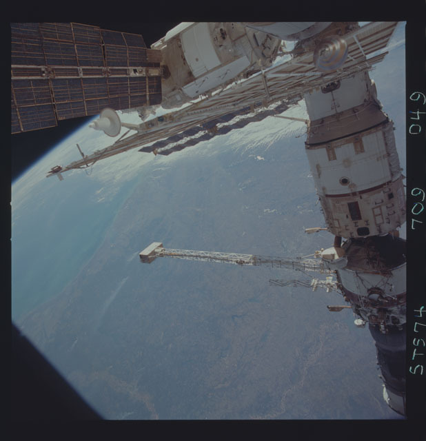 STS074-709-049 - STS-074 - Mir space station seen through aft flight deck windows