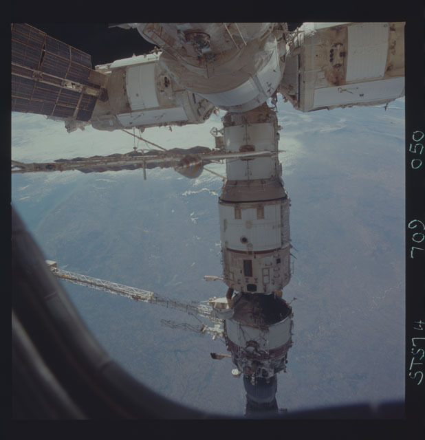 STS074-709-050 - STS-074 - Mir space station seen through aft flight deck windows