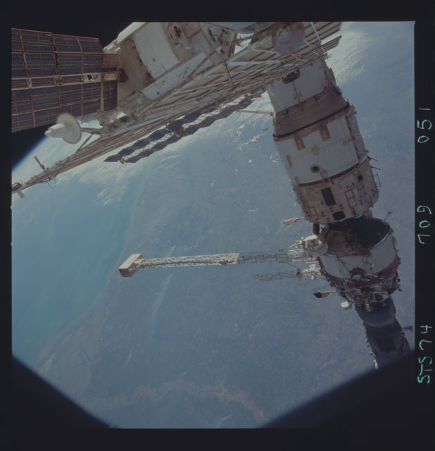 STS074-709-051 - STS-074 - Mir space station seen through aft flight deck windows