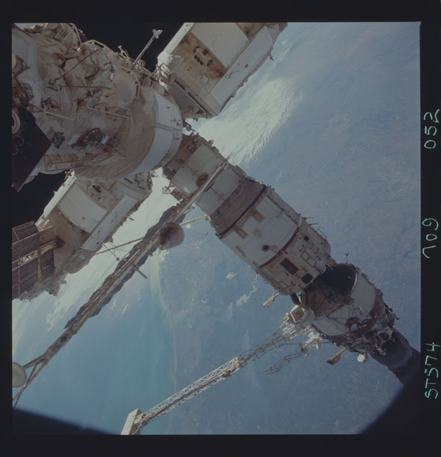 STS074-709-052 - STS-074 - Mir space station seen through aft flight deck windows