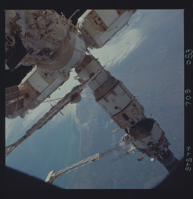 STS074-709-053 - STS-074 - Mir space station seen through aft flight deck windows