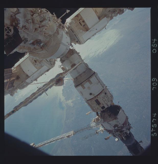 STS074-709-054 - STS-074 - Mir space station seen through aft flight deck windows