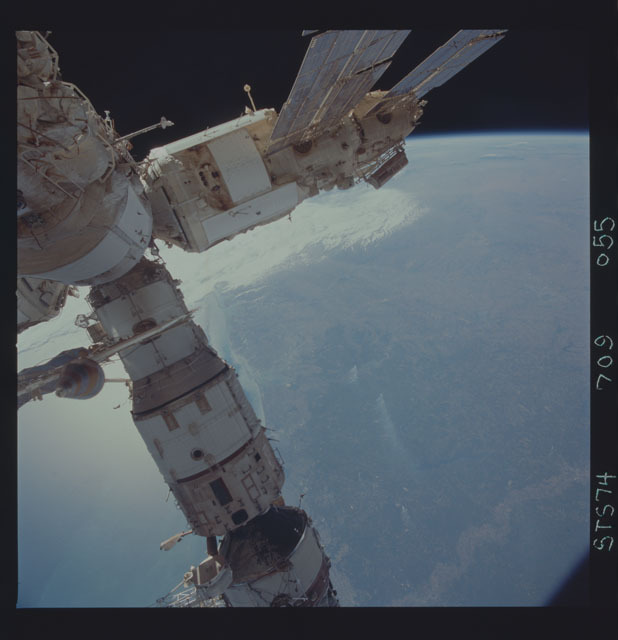 STS074-709-055 - STS-074 - Mir space station seen through aft flight deck windows