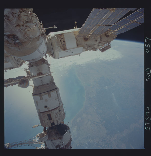STS074-709-057 - STS-074 - Mir space station seen through aft flight deck windows
