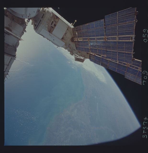 STS074-709-059 - STS-074 - Mir space station seen through aft flight deck windows