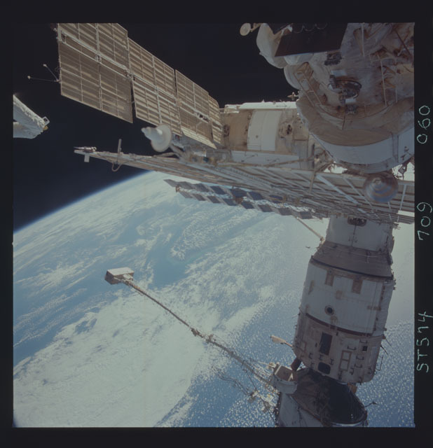 STS074-709-060 - STS-074 - Mir space station seen through aft flight deck windows