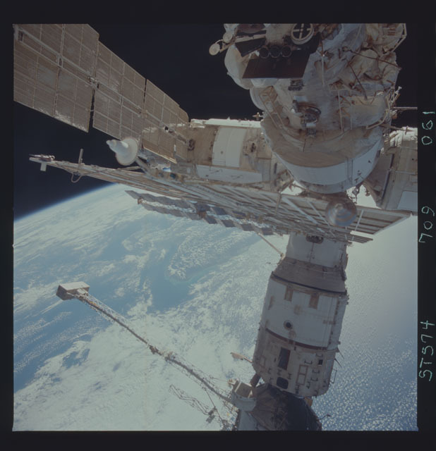 STS074-709-061 - STS-074 - Mir space station seen through aft flight deck windows