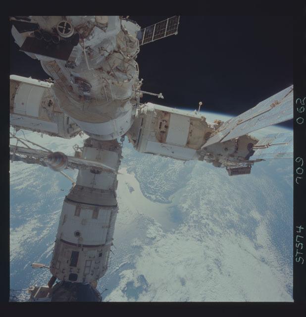 STS074-709-062 - STS-074 - Mir space station seen through aft flight deck windows
