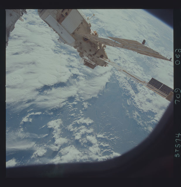 STS074-709-063 - STS-074 - Mir space station seen through aft flight deck windows
