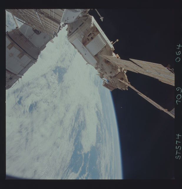 STS074-709-064 - STS-074 - Mir space station seen through aft flight deck windows