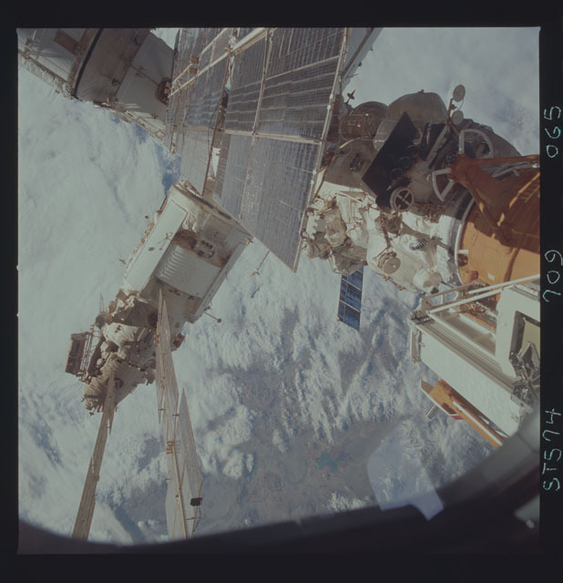 STS074-709-065 - STS-074 - Mir space station seen through aft flight deck windows