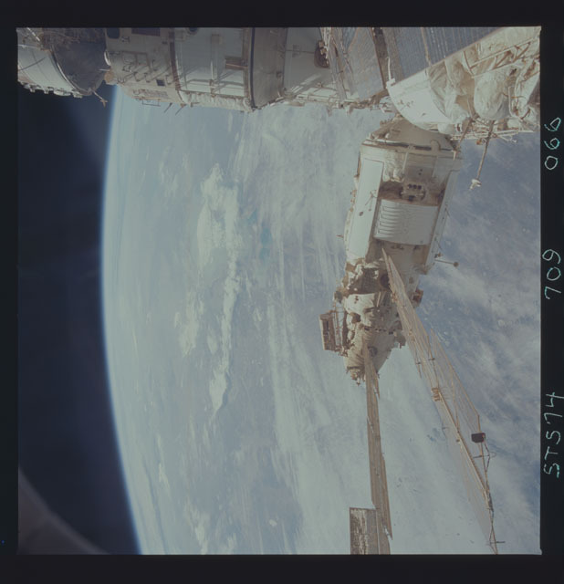 STS074-709-066 - STS-074 - Mir space station seen through aft flight deck windows