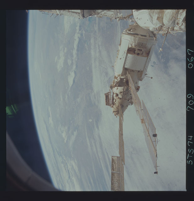 STS074-709-067 - STS-074 - Mir space station seen through aft flight deck windows