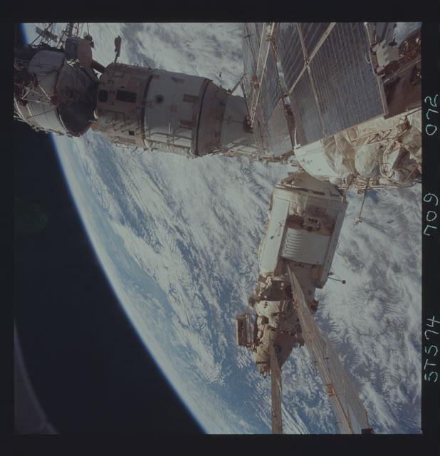 STS074-709-072 - STS-074 - Mir space station seen through aft flight deck windows