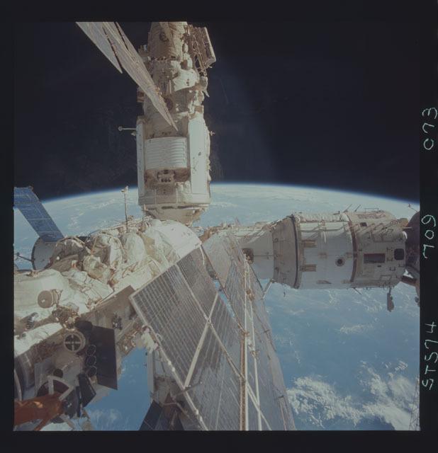 STS074-709-073 - STS-074 - Mir space station seen through aft flight deck windows