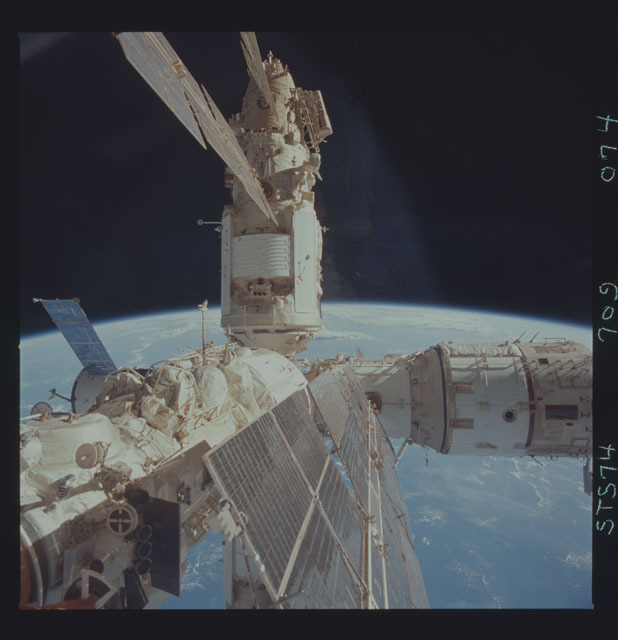 STS074-709-074 - STS-074 - Mir space station seen through aft flight deck windows