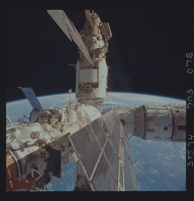 STS074-709-075 - STS-074 - Mir space station seen through aft flight deck windows