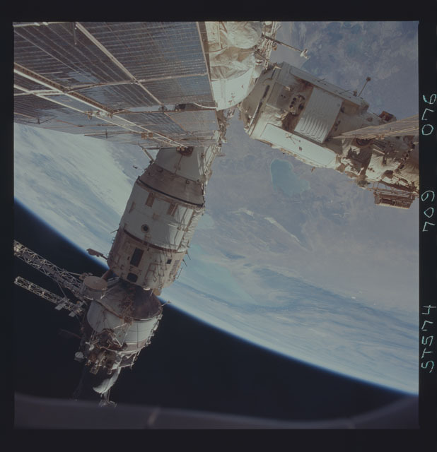 STS074-709-076 - STS-074 - Mir space station seen through aft flight deck windows