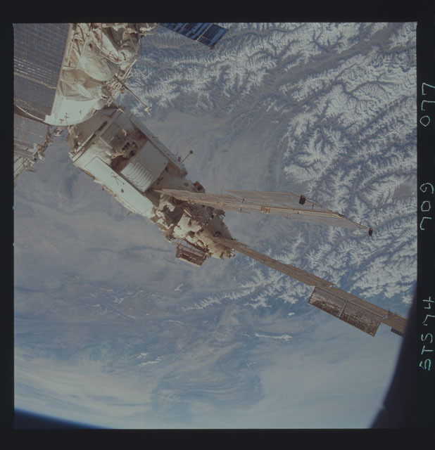 STS074-709-077 - STS-074 - Mir space station seen through aft flight deck windows