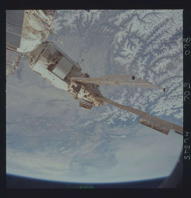 STS074-709-078 - STS-074 - Mir space station seen through aft flight deck windows