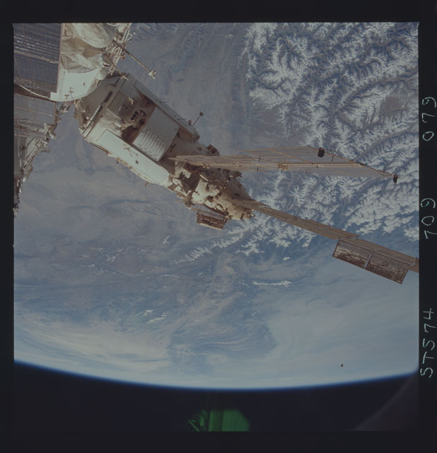 STS074-709-079 - STS-074 - Mir space station seen through aft flight deck windows