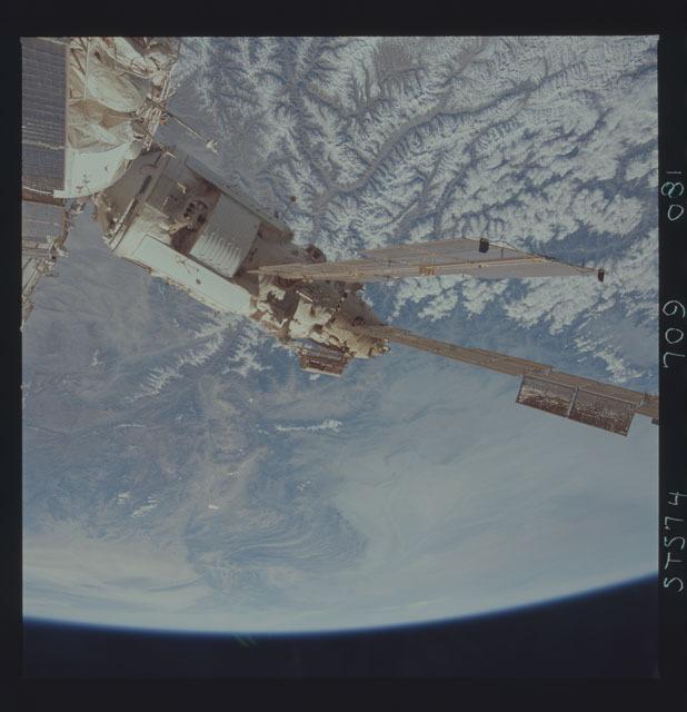 STS074-709-081 - STS-074 - Mir space station seen through aft flight deck windows