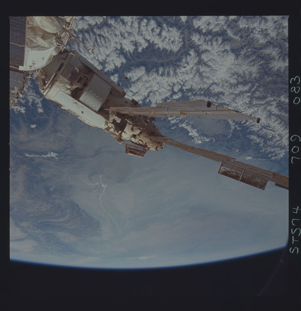 STS074-709-083 - STS-074 - Mir space station seen through aft flight deck windows