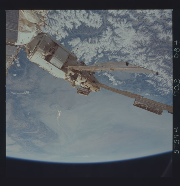 STS074-709-084 - STS-074 - Mir space station seen through aft flight deck windows