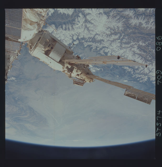 STS074-709-086 - STS-074 - Mir space station seen through aft flight deck windows