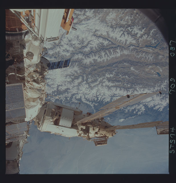 STS074-709-087 - STS-074 - Mir space station seen through aft flight deck windows