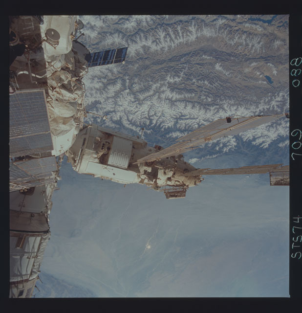STS074-709-088 - STS-074 - Mir space station seen through aft flight deck windows