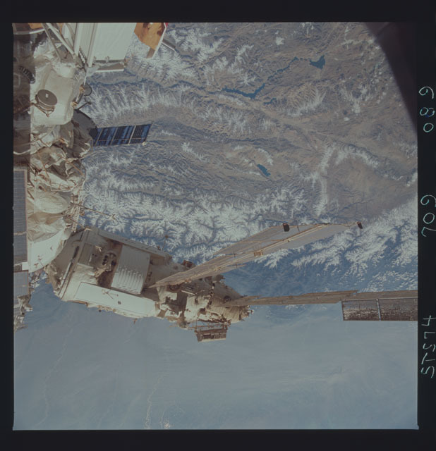 STS074-709-089 - STS-074 - Mir space station seen through aft flight deck windows