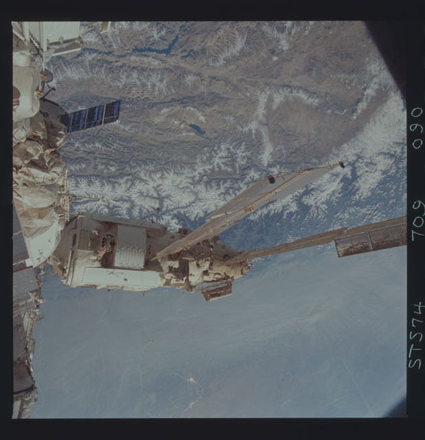 STS074-709-090 - STS-074 - Mir space station seen through aft flight deck windows